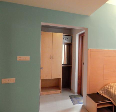 Hotel Raviraj Pune: Wardrobe & Bathroom entry