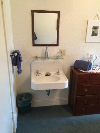 Boulder Hot Springs Inn and Spa: Shared bath, but in room vanity