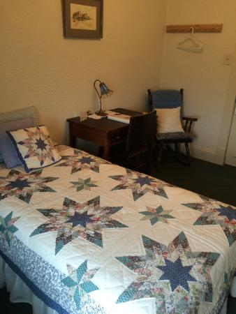 Boulder Hot Springs Inn and Spa: Tiny little bed but comfy