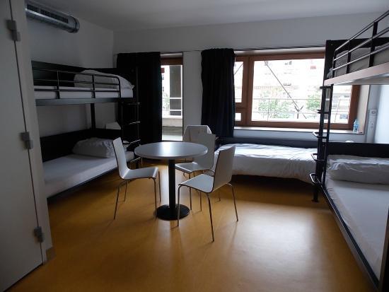 5 bed dormatory photo de auberge de jeunesse yves robert. Black Bedroom Furniture Sets. Home Design Ideas