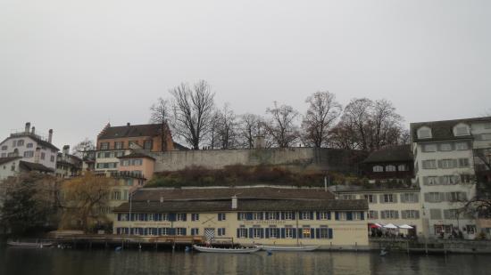 Lindenhofplatz: Вид на Линденхоф с другого берега реки