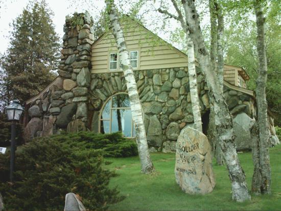Boulder Manor : Lake side of Manor