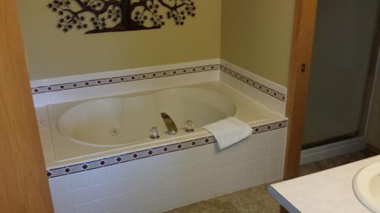 Egg Harbor, WI: Master Bedroom Whirlpool Tub