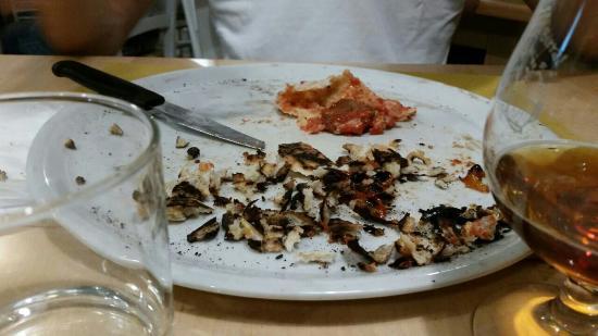 Cassano Magnago, İtalya: A chi mi ha detto che questa pizza era normale chiedo se avrebbe mangiato quello che io ho scart