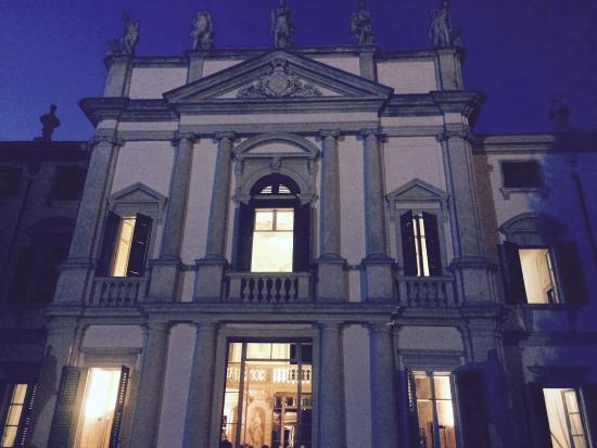 Villa Mosconi Bertani: È sera