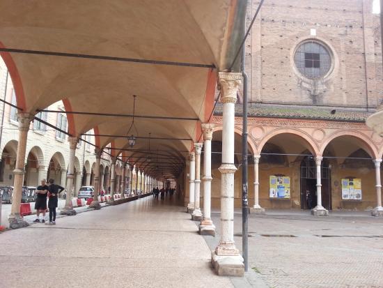 Basilica di Santa Maria dei Servi Bologna: Вход в базилику.