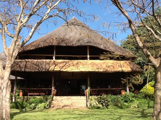 Kumbali Country Lodge: View from the ground back to the Hotel