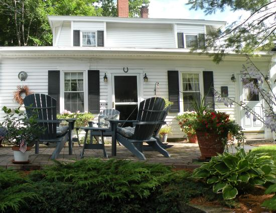 Yardarm Village Inn: Relax on the side patio