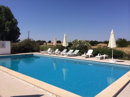 Monte da Serralheira: Prachtig uitzicht op de stad Évora. Lekker verfrissend zwembad en nog een foto van de wijngaard.