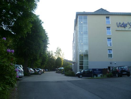 Victors Residenz-Hotel Gummersbach: Aussenaufnahme mit Parkplatz