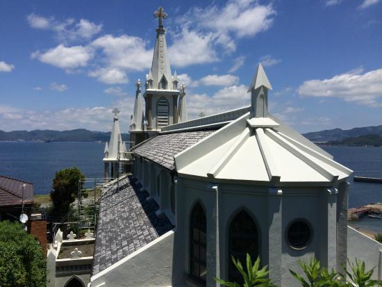 裏手からの教会の景色