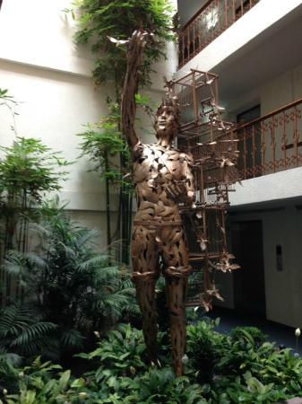 Del Rey Inn Hotel: El pajarero. Está dentro de una sección de las habitaciones. ¡Hermoso!