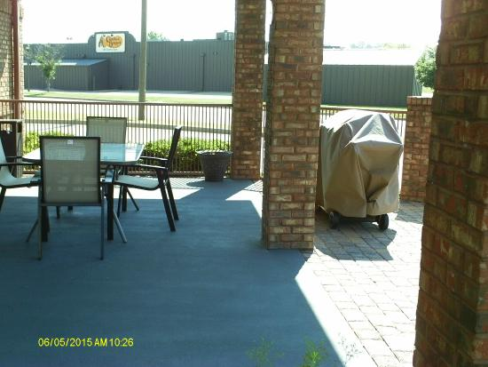 Best Western Plus Bessemer Hotel & Suites: Patio next to pool, complete with large grill for guests