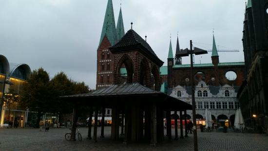 H4 Hotel Lübeck City Centre: Umgebung (Altstadt) Momentaufnahme mal ohne Holstentor