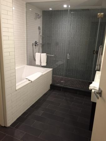 The Tuscany - A St Giles Signature Hotel: Huge bathroom that needs a wastebasket and a counter