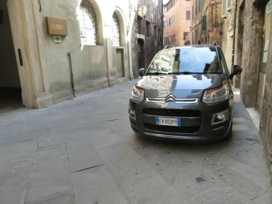 Hotel Duomo: 入り口とレンタカー