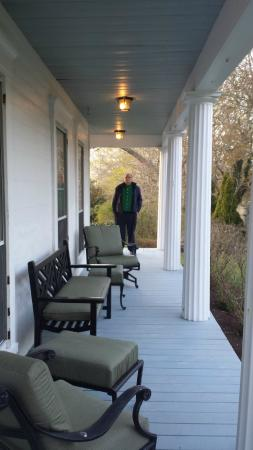 Liberty Hill Inn: Lovely wrap-around porch