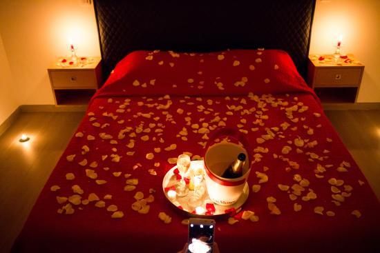 accueil dans la chambre p tales de roses et champagne. Black Bedroom Furniture Sets. Home Design Ideas