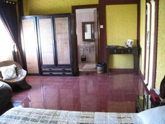 Guest House Kudos: Spacious room, queen bed, western facilities and clean