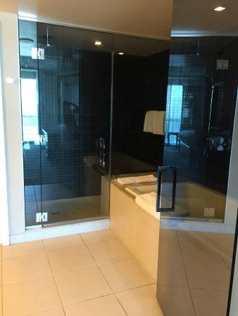 Hard Rock Hotel and Casino: Shower & bath