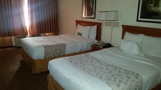 La Quinta Inn & Suites Coral Springs University Dr: Walking into the room