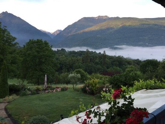 B&B Eth Berye Petit: バルコニーから朝靄の谷を望む テラスでの朝食、他のゲストも英語で会話 花いっぱいの南庭から 玄関の看板