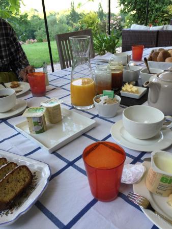 Eth Berye Petit: バルコニーから朝靄の谷を望む テラスでの朝食、他のゲストも英語で会話 花いっぱいの南庭から 玄関の看板