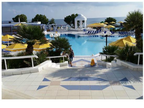 Serita Beach Hotel: pool area