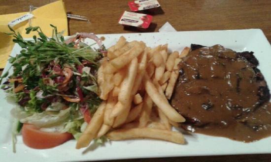 Golden Guitar Motor Inn: Steak at the Longyard
