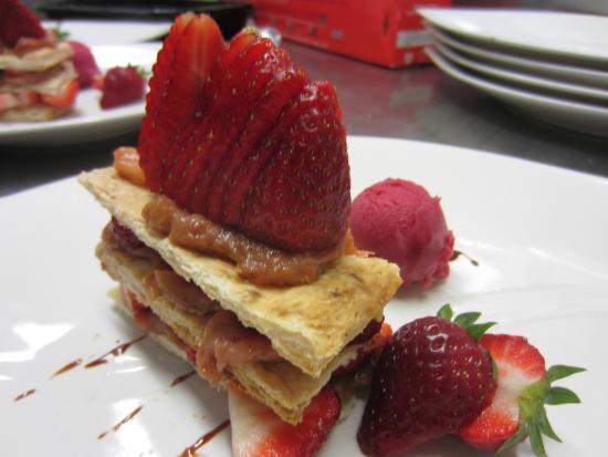 Maisonsgoutte, فرنسا: Mille-feuille de rhubarbe et ses fraises
