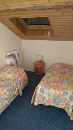 Hotel Restaurant Le Bois Joli: Second apartment room with two single beds