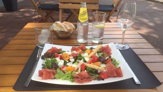 Juan-les-Pins (เมืองชูอาน เล แปงส์), ฝรั่งเศส: Très rafraîchissante assiette italienne composée de Bresaola, Mozzarella di Buffala, Mesclun  ..