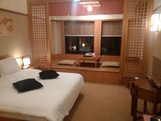 Yu Hotspring Resort: Das Zimmer mit Essecke