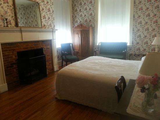 Golden Eagle Inn: This room was so lovely.