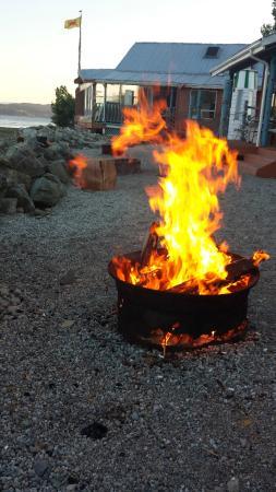 Oceanside Resort Motel: Bonfire right outside our cabin door
