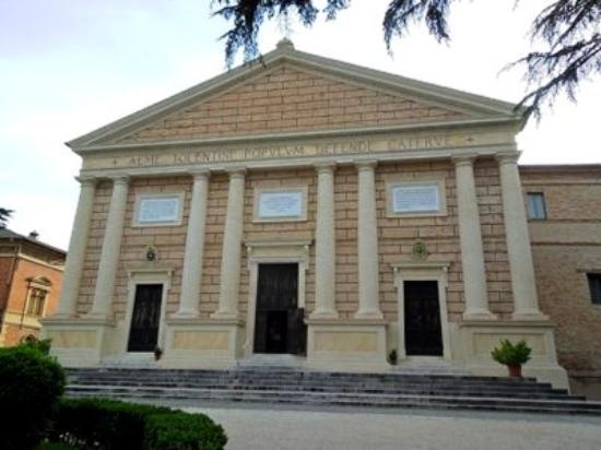 Tolentino, Italy: главный портал и вход