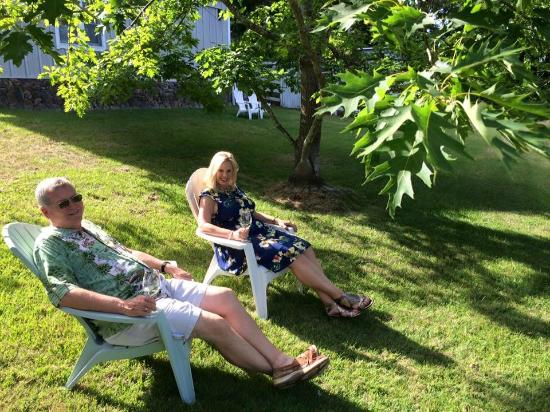 Belle de Jour Inn: Relaxing on the grounds.
