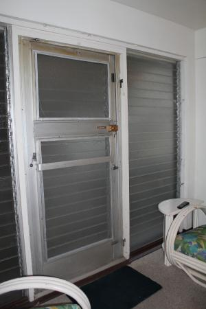 Kai Aloha Apartment Hotel: Main door of room: aluminum and glass