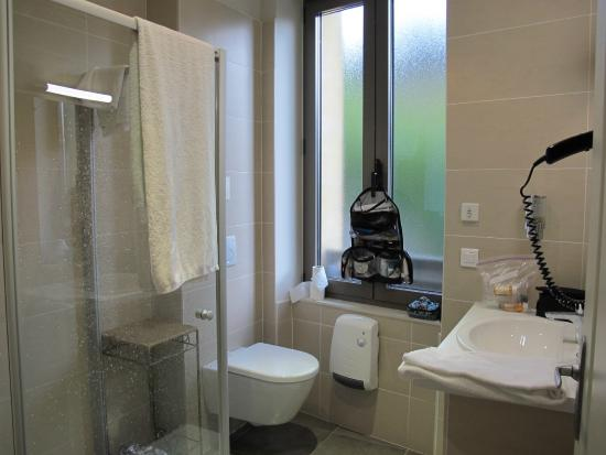 Best Western Le Renoir: Bathroom