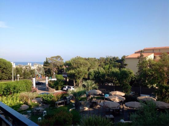Van Der Valk Hotel le Catalogne : voici la vue de la terrasse de notre chambre