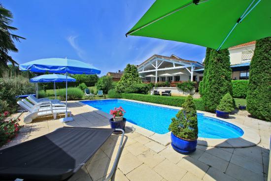 La Coquille, France : piscine