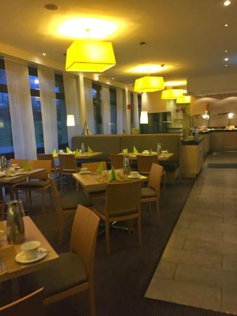 Mercure Hotel Düsseldorf Airport: 朝食などのレストランスペースは過ごしやすいです
