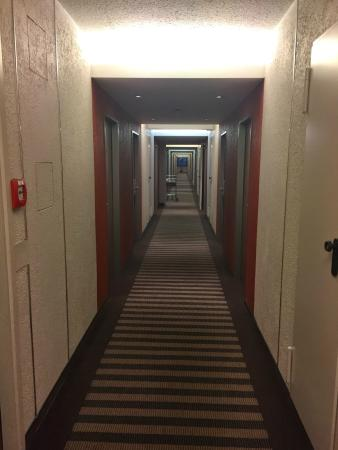 Mercure Hotel Dusseldorf Airport : 廊下などを見ると少し古いのがわかります