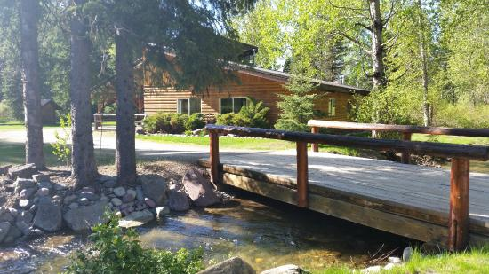 Glacier Wilderness Resort: Lodge and Creek