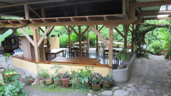 La Casa de Cecilia: Aquí, la vista del comedor al aire libre