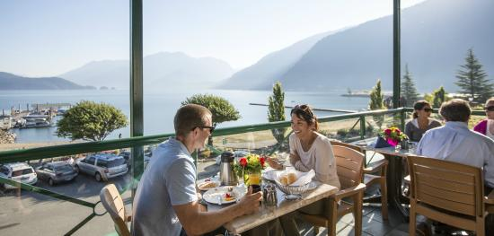 Harrison Hot Springs Resort & Spa: Breakfast in The Lakeside Cafe