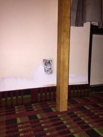 Days Inn Myrtle Beach: Wall outlet without a cover and with clearly visible electrical wires.