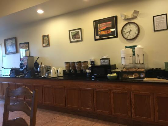 Brookside Inn & Suites White City : Breakfast - Eggs, Sausage, Waffles, Cereal, Biscuits & Gravy