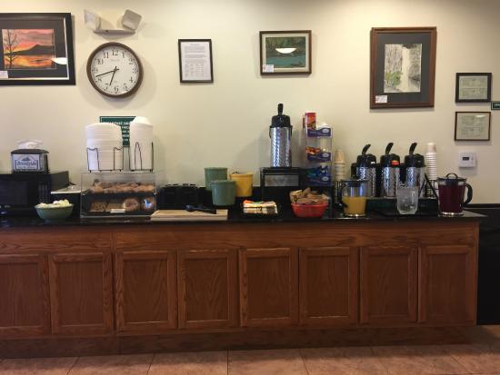 Brookside Inn & Suites White City: Breakfast - Juice, coffee, Breads