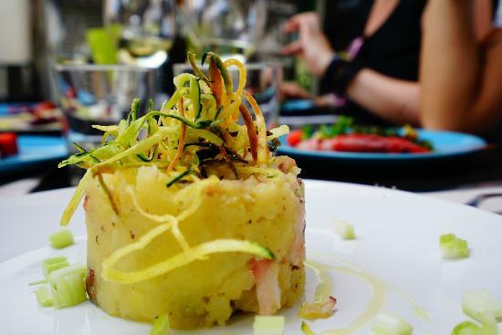 Mudejar Spiriti e Cucina: Il Polpo con le Patate il Sedano Bianco di Sperlonga le Olive di Gaeta e Chips di Zucchina Nera